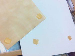 Este es un #ejemplo de las consecuencias que trae el poner en contacto un #cartón de mala #calidad (dcha.) pegado con cuadrados de #adhesivo que NO estån #libres de ácido a un #papel de #grabado (izda.). Ha traspasado la acidez de la #madera de la trasera del #cuadro y ha quedado #marrón y con las #marcas del #adhesivoPedir siempre #enmarques de #conservación para #obras sobre #papel ;-)#arte #artesanía #marcosamedida #barcelona #fortpienc