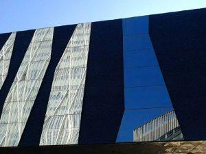 Composición de #estructuras y #reflejos en el #forum  de #barcelona #arteurbano  al #natural