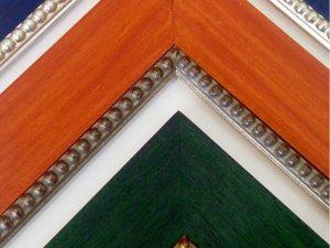 Buenas compañeras de #viaje estas #molduras para #enmarcar combinando #decoraciones #artesanales de #colores al gusto con clásicas bolas en #oros y #platas Son #marcoshechosamedida  para cada caso… De uno en uno…#arte #artesanía #marcos #personalizar #barcelona #fortpienc #igersbarcelona
