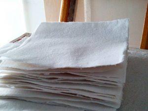 Confeccionando #papelhechoamano de #fibras #naturales y #recicladas de #algodón para la #estampación y #edición de #grabados propios. Hojas de 20×20 cm. Preparando #santjordi 23 Abril.#arte #artesanía #hechoamano #diy #hechoamedida #barcelona #fortpienc
