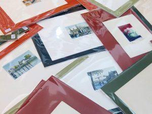 Montones de #grabados de pequeño formato listos para #decorar muchas #paredes #casas #despachos Los #marcoshechosamedida es cuestión de elegirlos después  para cada caso… #deunoenuno #arte #artesanía  #amedida #obragráficaoriginal  #barcelona #fortpienc