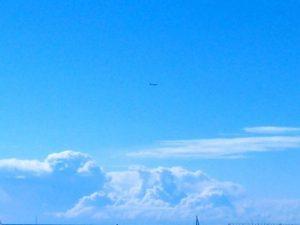 #horizonte con #nubes amenazantes. Mejor no estar debajo y disfrutar de este #sol este #cielo tan #azul y limpio… #naturaleza #cumulusnimbus #artenatural #barcelona #villaolimpica #diadeltrabajo #diadelamadre