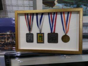 Medallas enmarcadas en vitrina