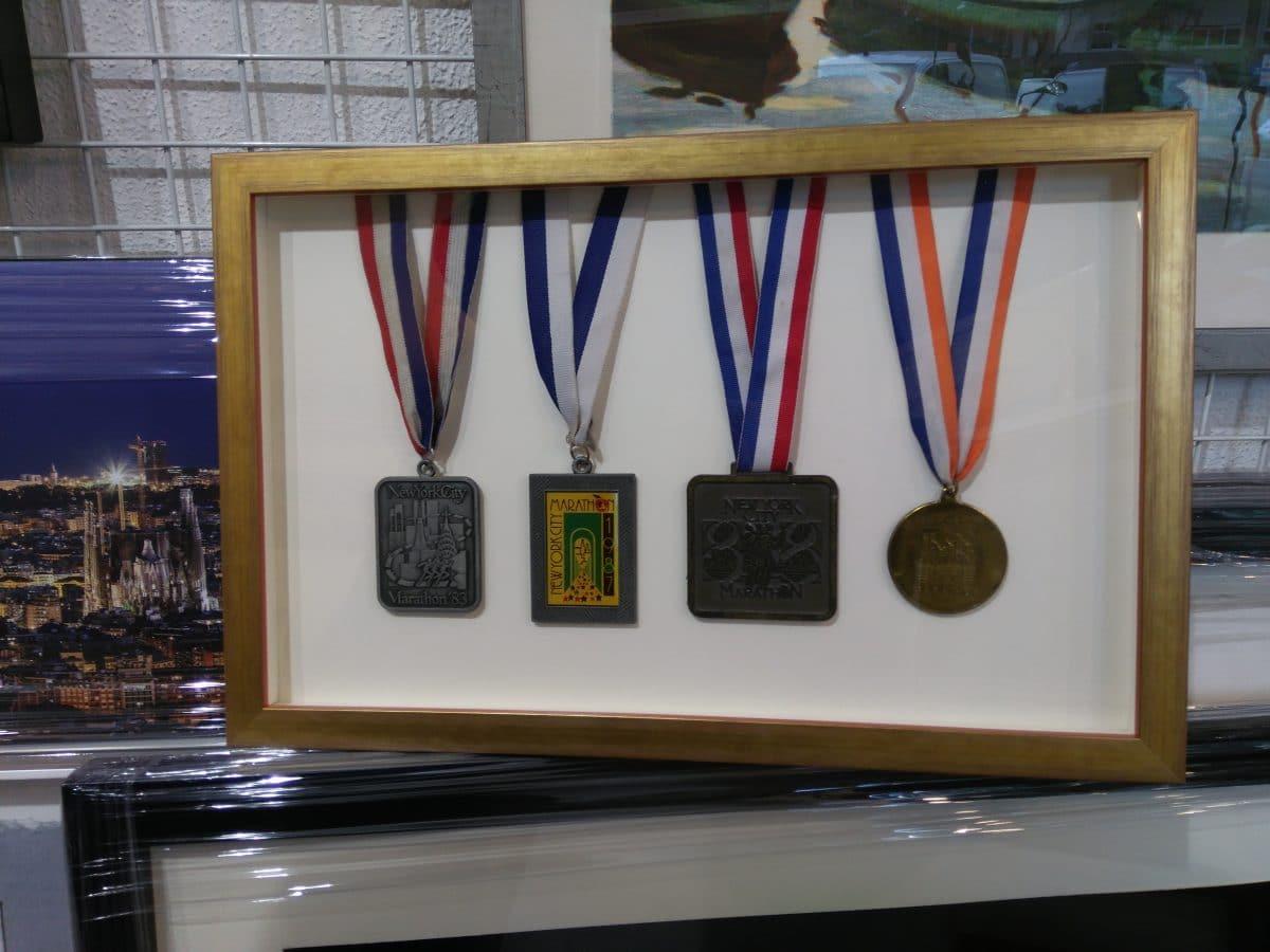 Medallas enmarcadas en vitrina - Esteve Enmarcadores