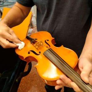 Último toque de limpieza del violín - Esteve Enmarcadores