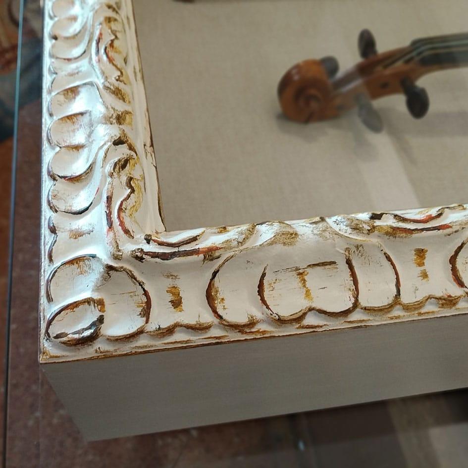 Detalle de la vitrina con el violín - Esteve Enmarcadores