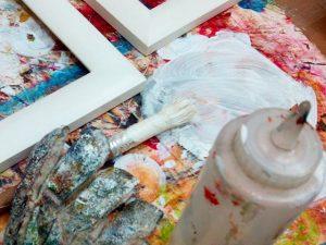 Preparando unos #marcosamedida  de #madera con una base para #aplicar después los #colores y la #decoración final. Acaban siendo #piezas #únicas para la #obra que vamos a #enmarcar#hechoamano #especial #barcelona #fortpienc #diy #cuadros