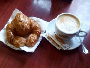 Un #consejo : Nada mejor para empezar bien el #día que un apetitoso #desayuno con un #cafeconleche calentito y #aromático #energía y #ánimo para ponerse a #trabajar y acabar con #alegría todos nuestros #marcosamedida y encargos para #regalar … ;-)#arte #artesanía #cuadros #decoración #hechoamedida #hechoamano #marcos #barcelona #fortpienc