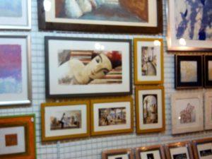 Otra pared llena de #litografias y #grabados con sus #marcosamedida esperando el momento de pasar a #decorar las #casas de nuestros clientes o convertirse en un perfecto #regalo.#arte #artesanía #regalaarte #artistas #barcelona #fortpienc #estaciondelnorte #arcodetriunfo