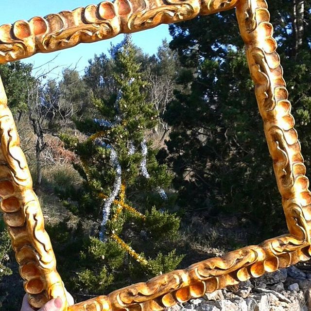 Nuestro #marco #decoradoamano vuelve a salir de paseo para #enmarcar el preludio de una #navidad en la #naturaleza #arte #artesanía #marcosamedida  #decoración #adornos #guirnaldas #airelimpio  #viento #sol