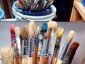 #pinceles y #brochas también tienen derecho a una buena limpieza de vez en cuando… ;-)#arte #artesanía #colores #pintura #decoración #policromías #marcosamedida #hechoamano #barcelona #fortpienc