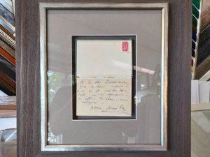 Libro abierto montado en vitrina
