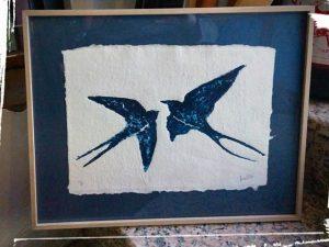 Grabado de golondrinas sobre papel artesanal