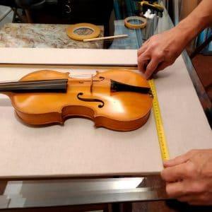 Centrando antes de fijar el violín - Esteve Enmarcadores