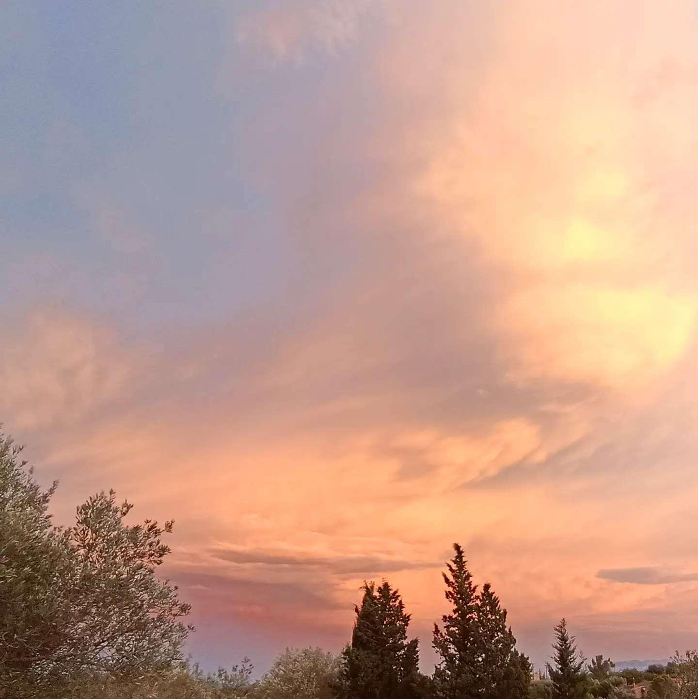 """Nubes pintadas o reales. Cuando la naturaleza nos ofrece la posibilidad de observar y disfrutar de su """"arte""""#arte #artesania #deunoenuno #nubes #naturaleza #formas #colores"""